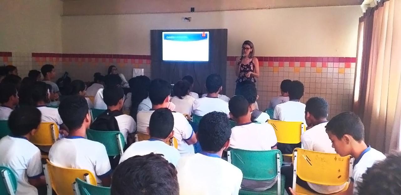 Dezembro Vermelho: Escola Municipal Maria Júlia recebe palestra educativa sobre HIV/AIDS