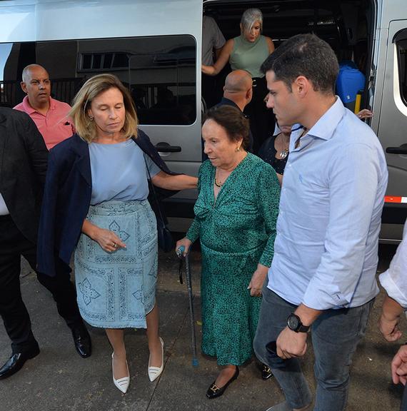 Família de Gugu Liberato se reúne na missa de sétimo dia do apresentador