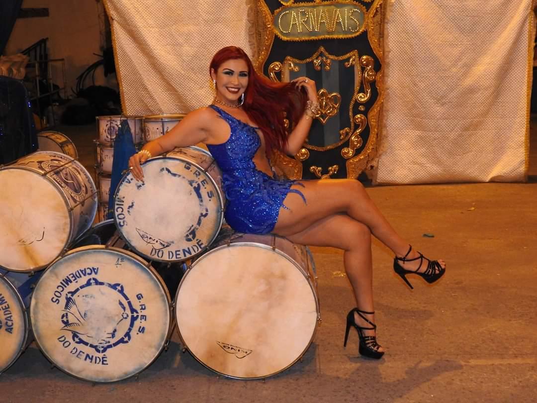 Nanda Marques é coroada rainha de bateria da Acadêmicos do Dendê
