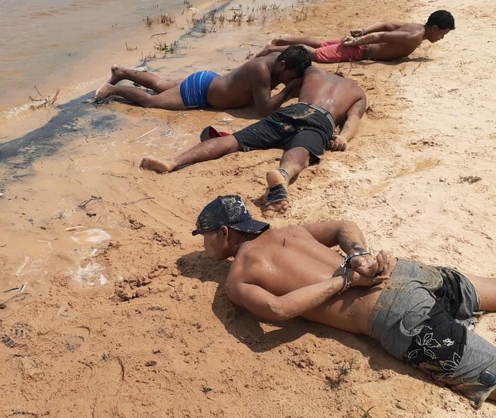 Quatro homens são presos em flagrante por estuprar mulher em coma alcoólico em praia no Amazonas