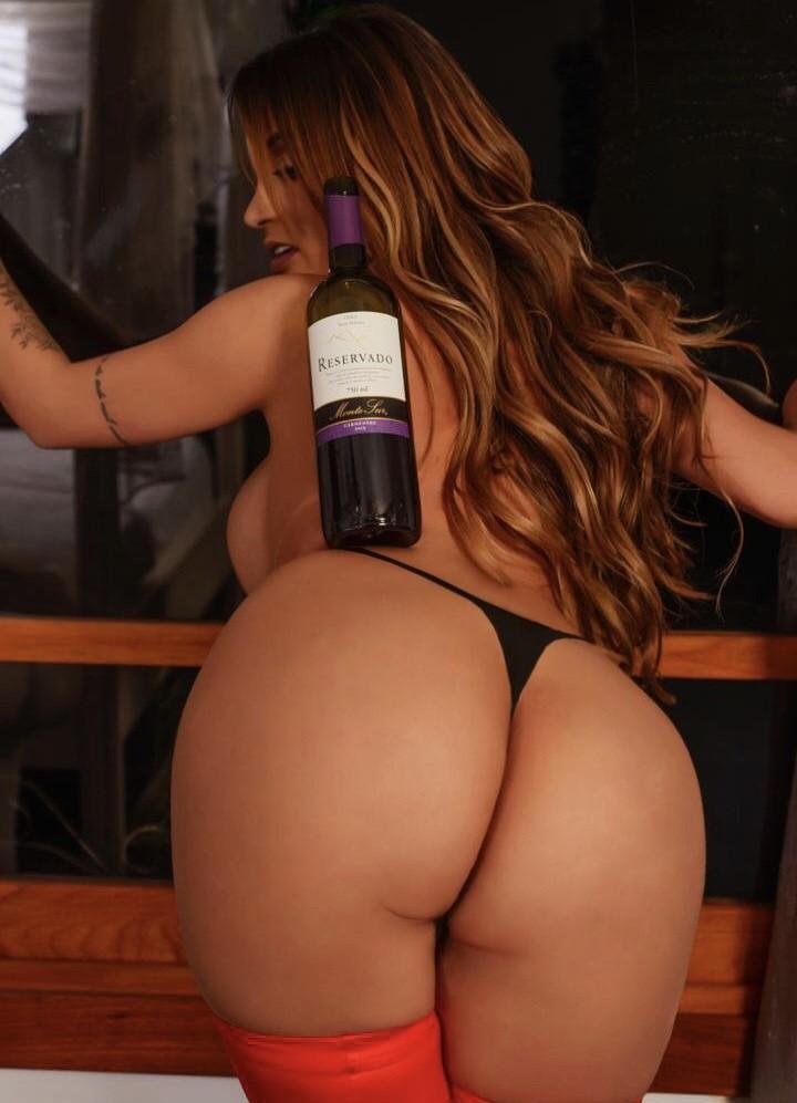 Capa da edição especial da Sexy, Yanna Oliveira equilibra garrafa de vinho em seu bumbum de 112cm
