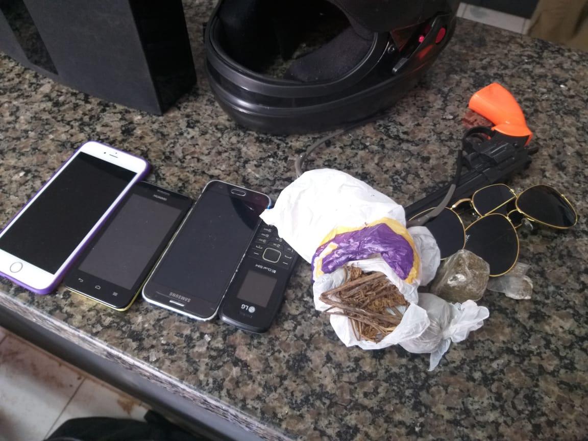 Polícia Militar recupera vários bens furtados em estabelecimento comercial de Araguaína,apreende simulacro de arma de fogo, drogas e dinheiro: seis pessoas são detidas
