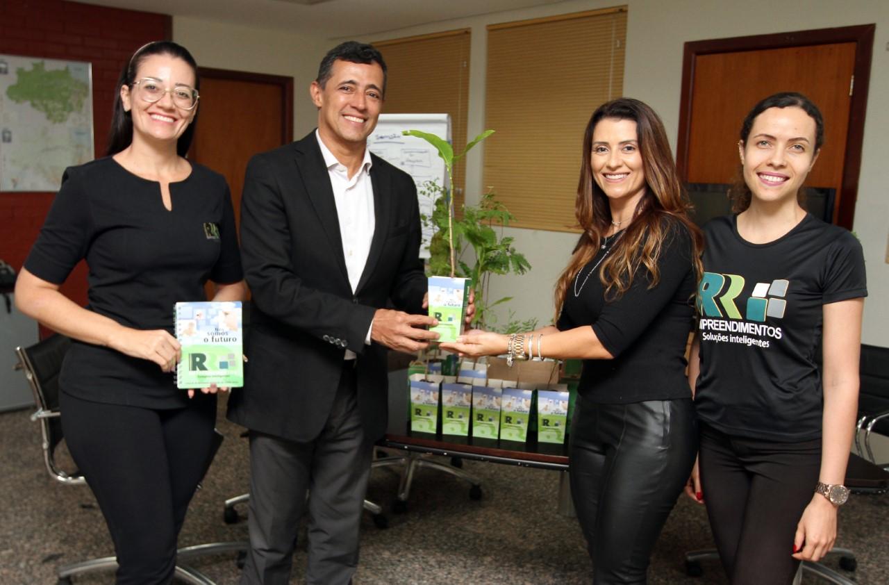 Servidores do Meio Ambiente recebem mudas de árvores através da campanha Plante Essa Ideia