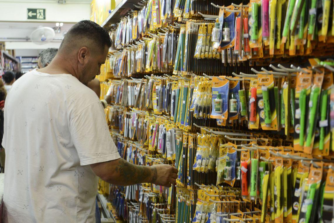 Volta  às aulas: aumento de quase 300% assusta pais na hora de comprar o material escolar