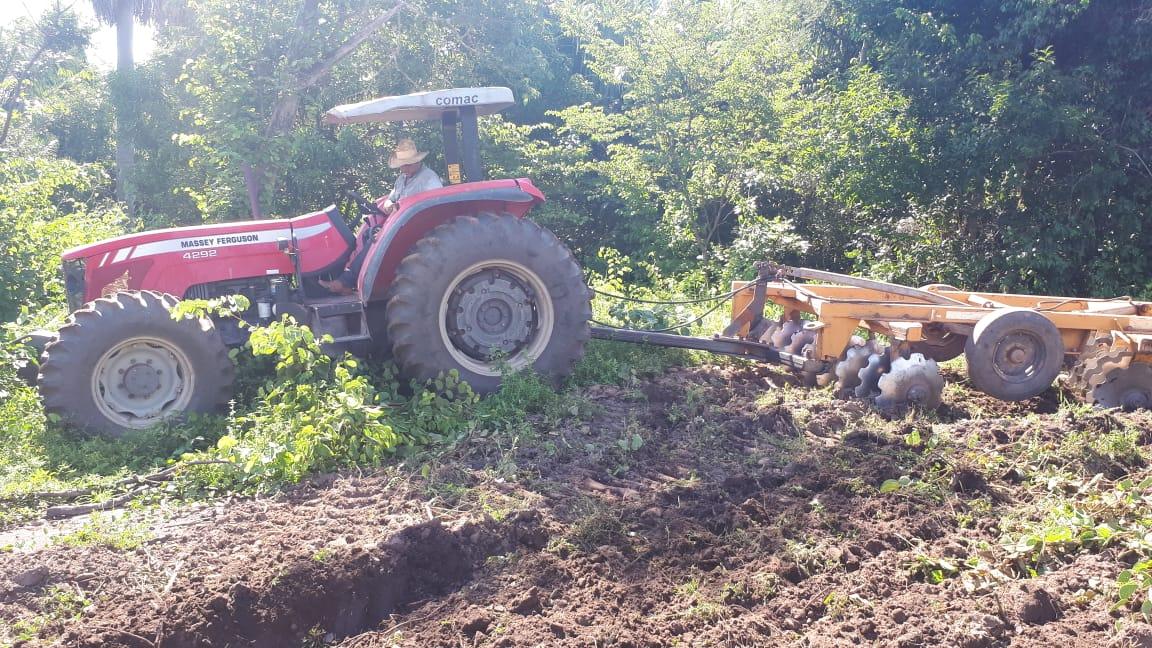 Prefeitura de Monte Santo beneficia produtores rurais com serviços de gradagem e recuperação de estradas