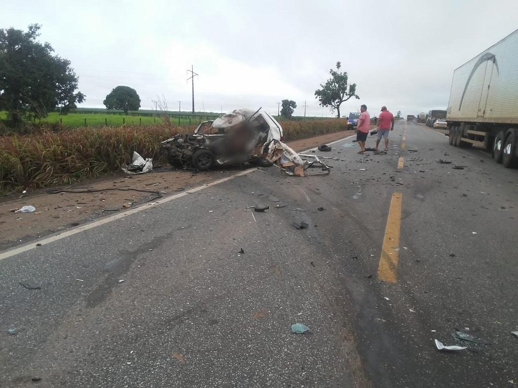 Três pessoas morrem após carro e caminhão baterem de frente na BR-153
