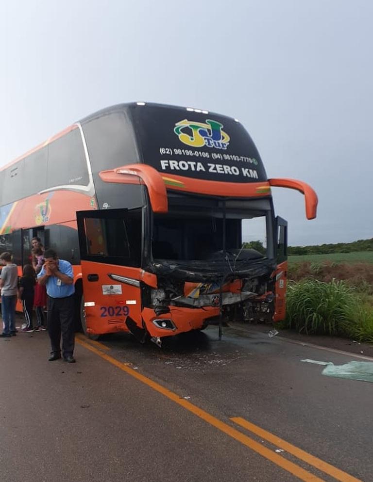 Homem morre após carro bater em ônibus e partir ao meio em Luzimangues