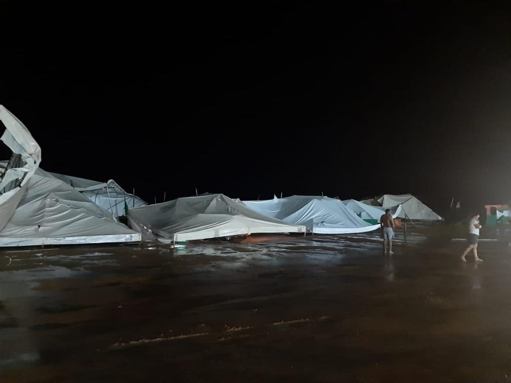 Estrutura montada para festejo de São Sebastião é derrubada após temporal em Monte do Carmo