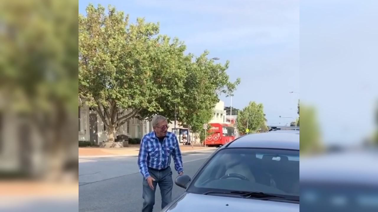 Cachorro fica preso em carro e buzina até o dono aparecer