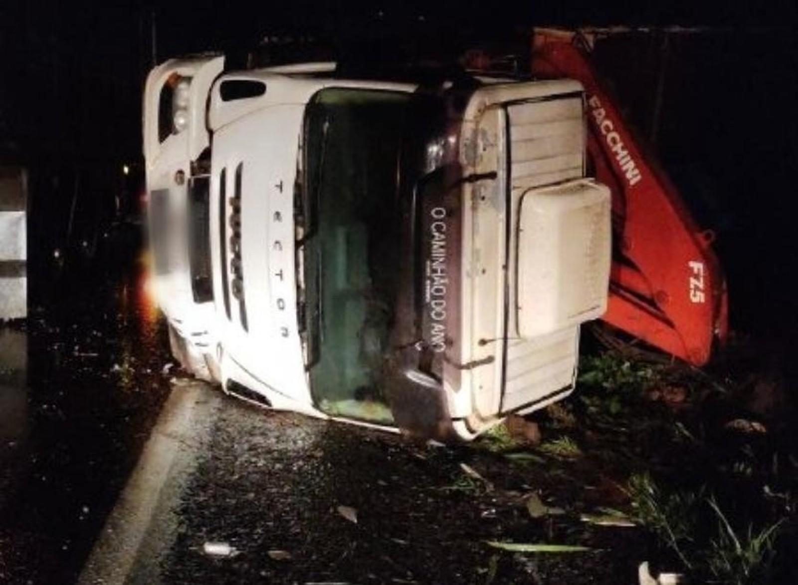 Caminhão tomba na BR-153 em Paraíso e deixa motorista ferido