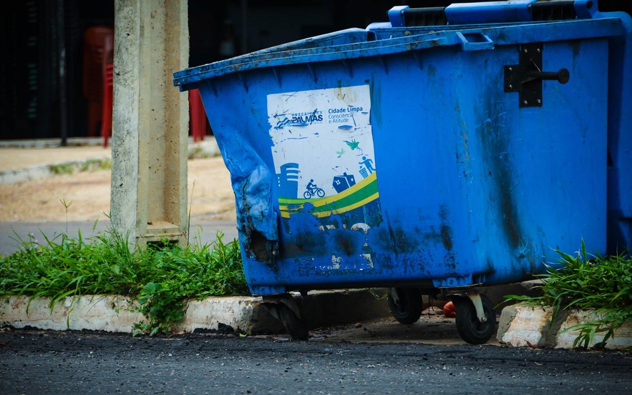 Descarte irregular de carvão e entulho diminui vida útil de contêineres de lixo doméstico