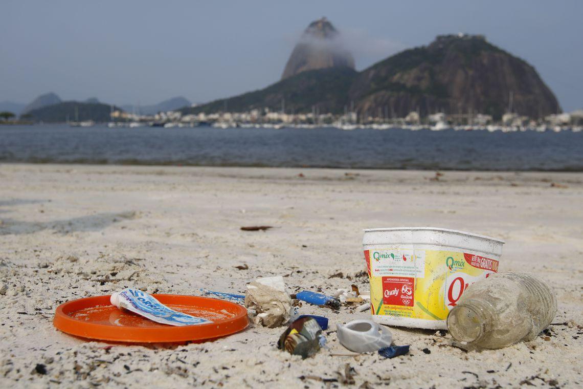 Bitucas de cigarro são a maior parte do lixo em praias brasileiras