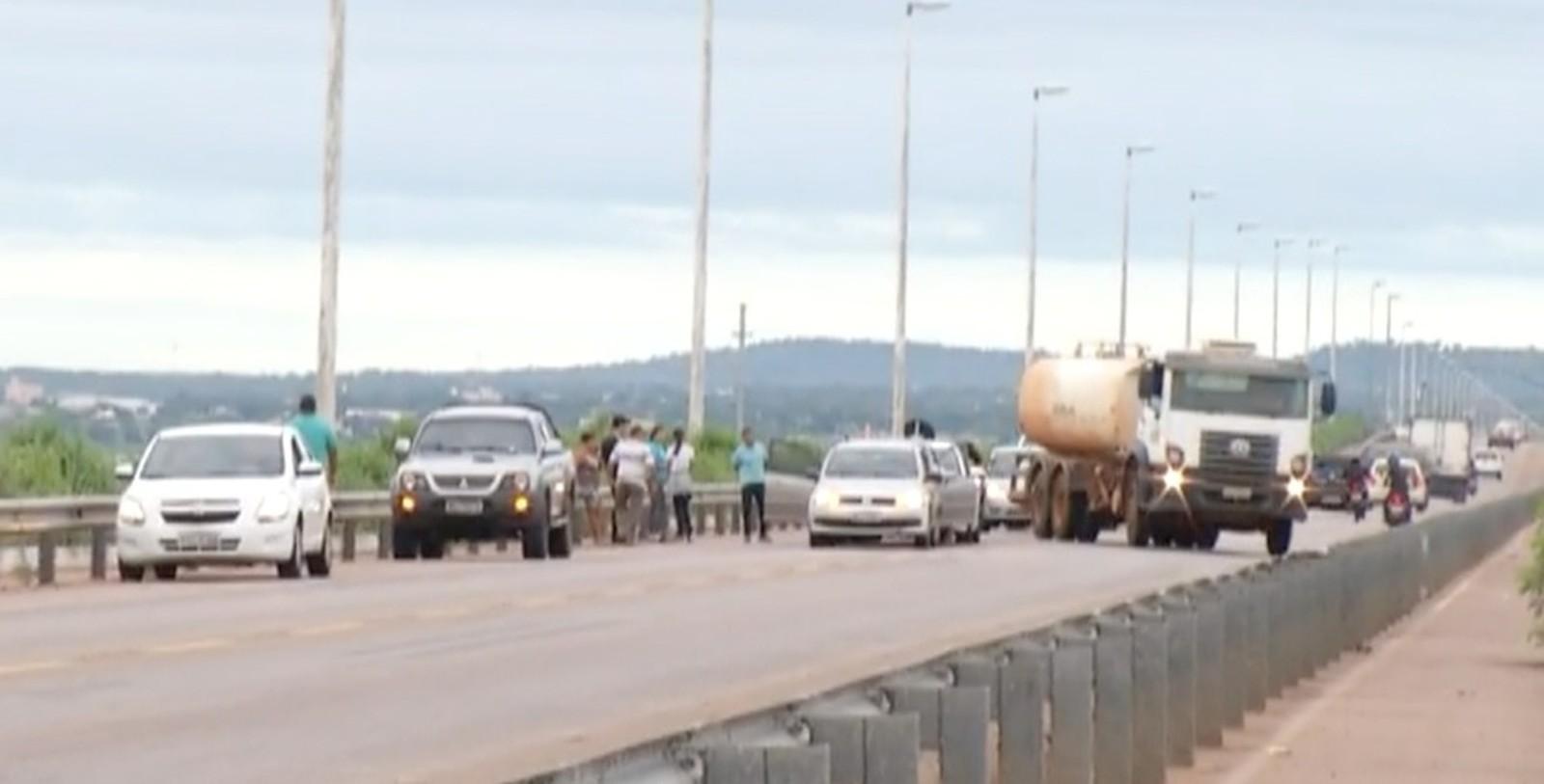 Engavetamento envolvendo quatro carros forma fila de veículos na ponte FHC