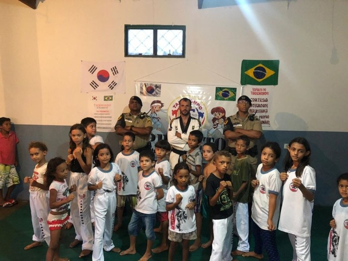 Policiais da Força Tática do 8º BPM fazem visita a projeto social em Paraíso