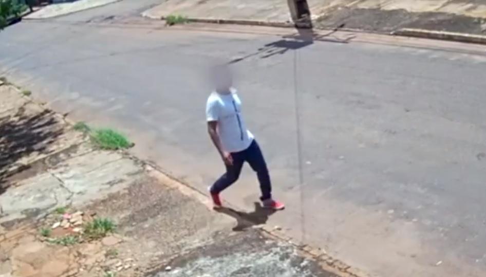 Homem engana criança, entra em casa e sai levando bicicleta e celular em Palmas