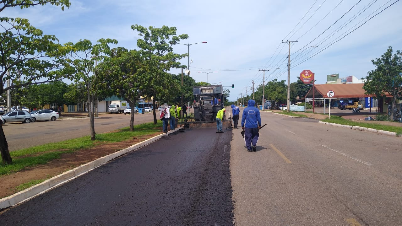 Máquinas trabalham em melhorias de pavimento da Avenida LO-27 em Palmas