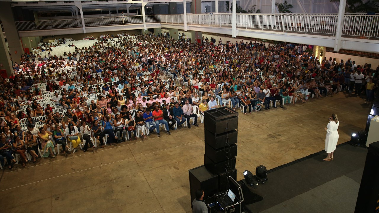 Prefeita de Palmas abre ano letivo com professores da rede municipal e anuncia cumprimento de vantagens da carreira