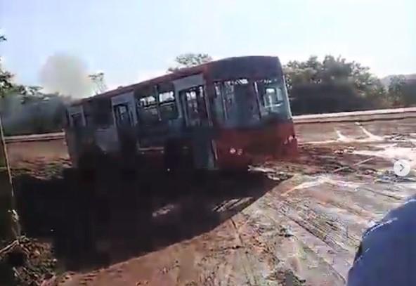 Ônibus escolar com alunos da IFTO atola às margens da BR-153 em Paraíso