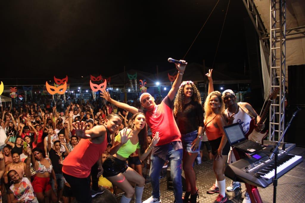 Bandas Campim do Cerrado e Jeito Muleke arrastam multidão no 3° dia de Carnaval em Cristalândia