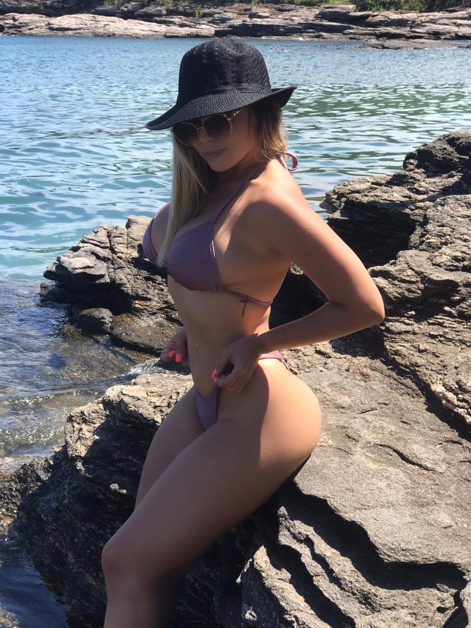 Brenda Stefani posa de biquíni em Búzios e arrasa na web