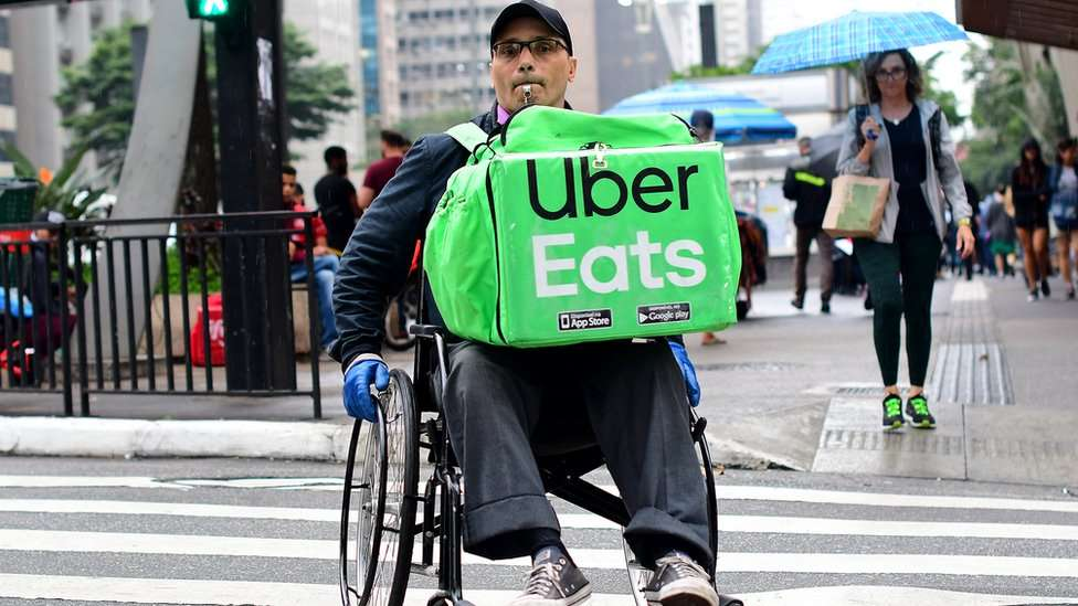 O cadeirante que entrega comidas por aplicativos na avenida Paulista