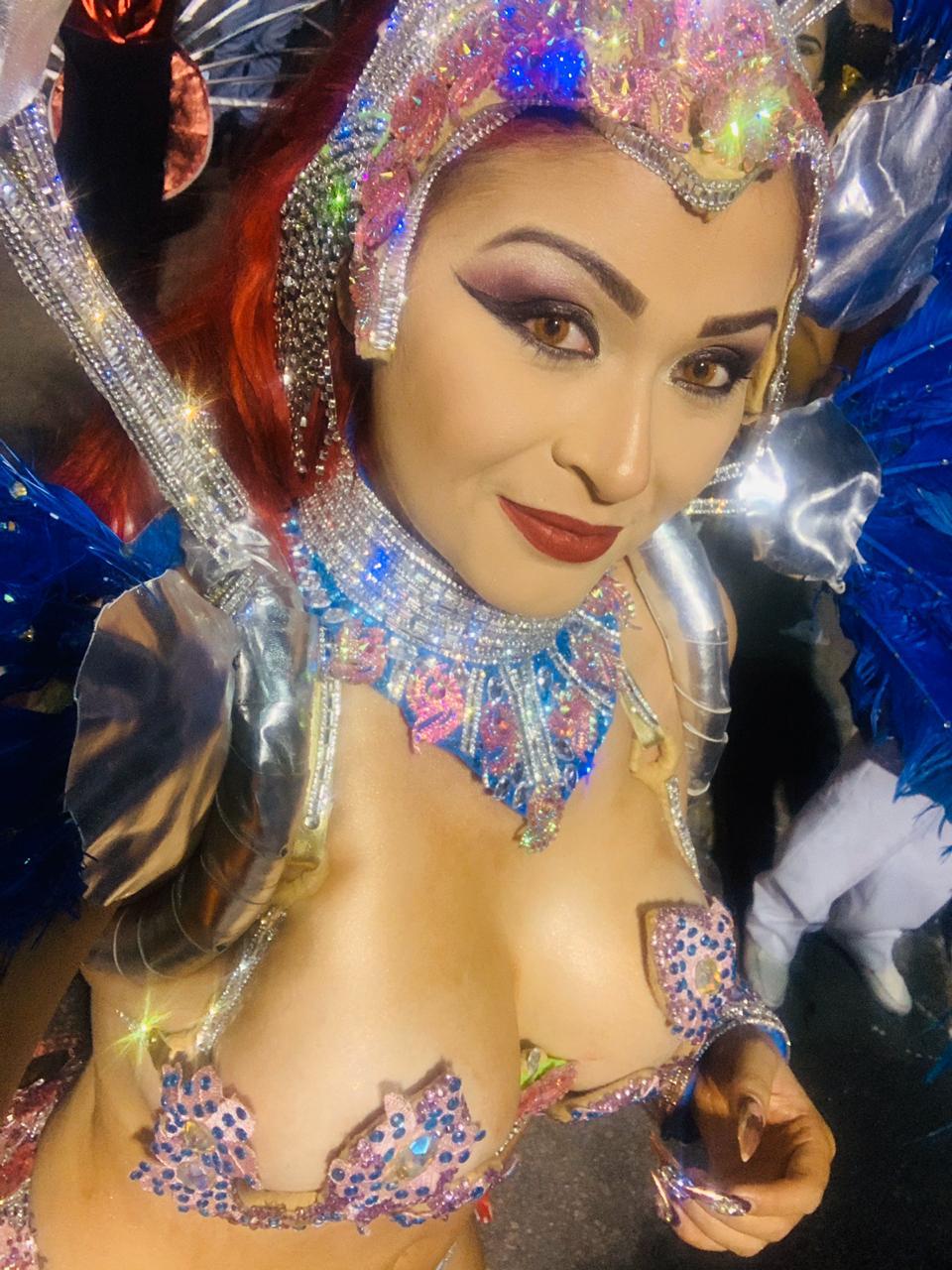 Nanda Marques exibe suas curvas em desfile da Imperadores Rubro-negros