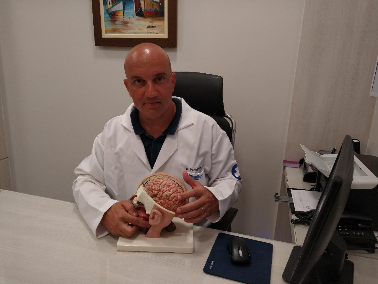 """Neurocirurgião de Palmas alerta pais e professores sobre desafio """"quebra-crânio""""; """"brincadeira"""" pode levar à morte"""