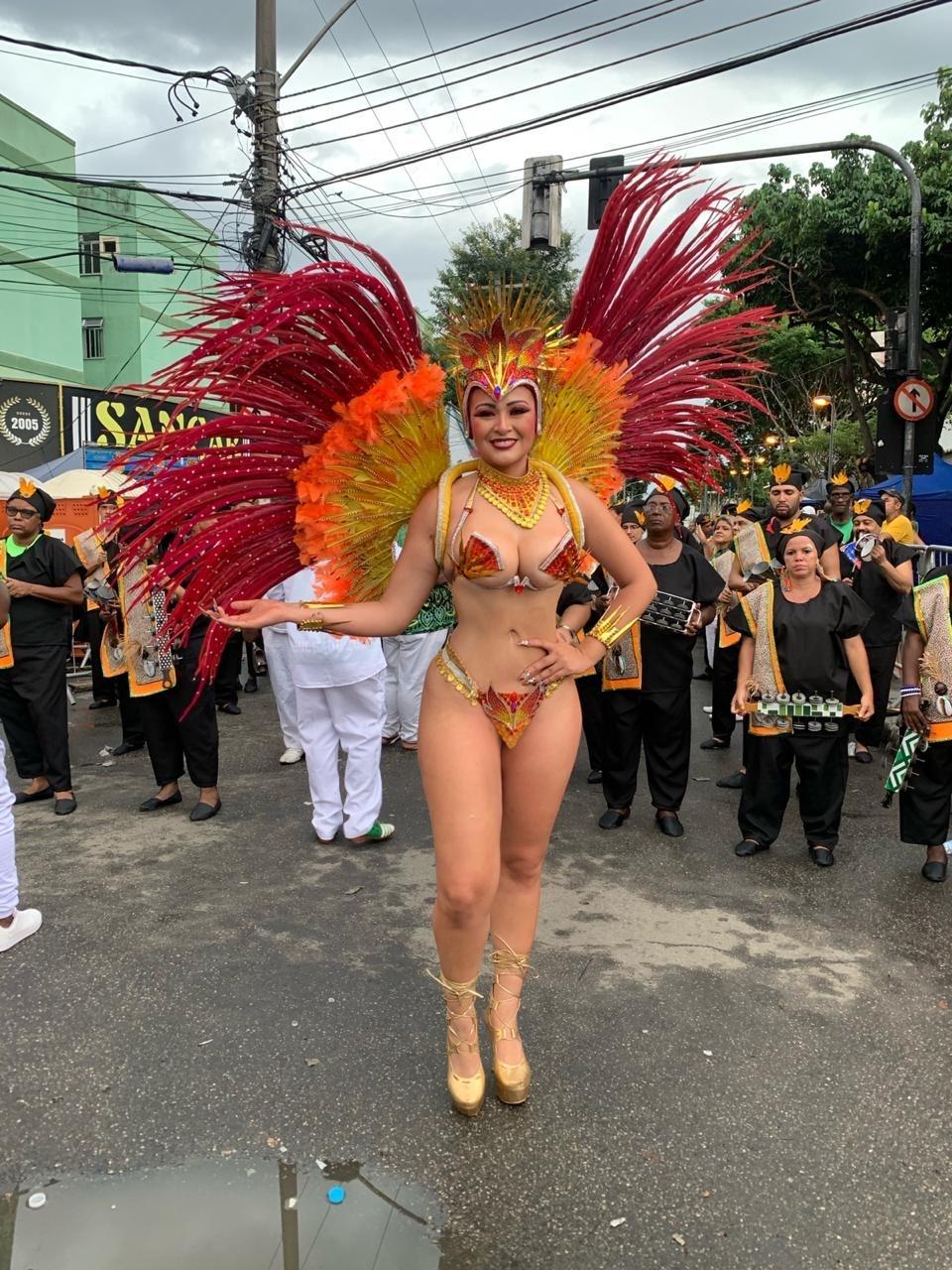 Rainha de bateria da Siri de Ramos, Nanda Marques capricha na produção em desfile na Intendente Magalhães
