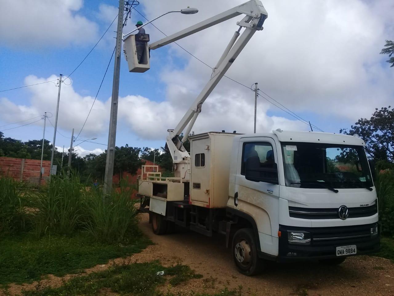 Rua Piauí, no setor Irmã Dulce, recebe serviços de iluminação pública