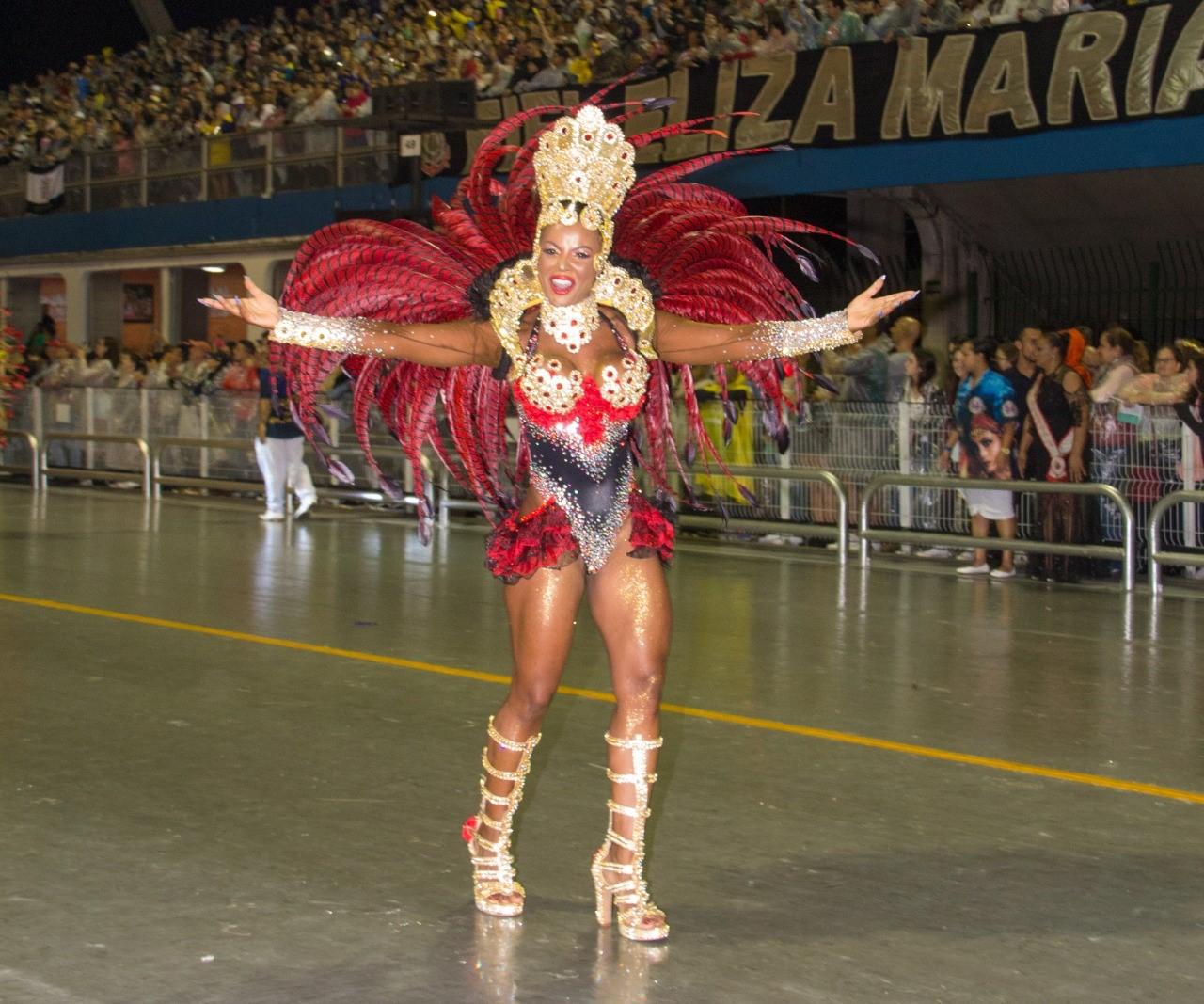 """Rainha do carnaval da Suécia brilha no Anhembi: """"Sonho realizado"""""""