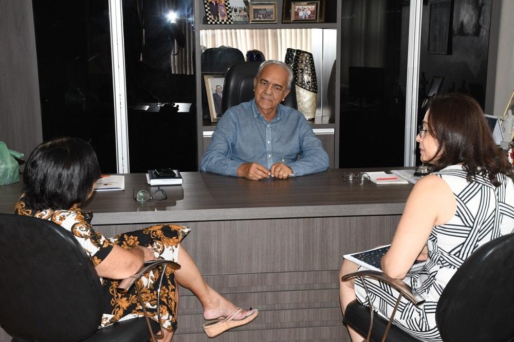 Prefeito Moisés Avelino recebe nova coordenadora do Hospital do Amor