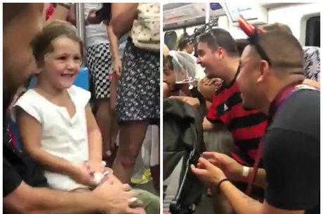 Foliões cantam 'Baby Shark' para garotinha no metrô e vídeo viraliza
