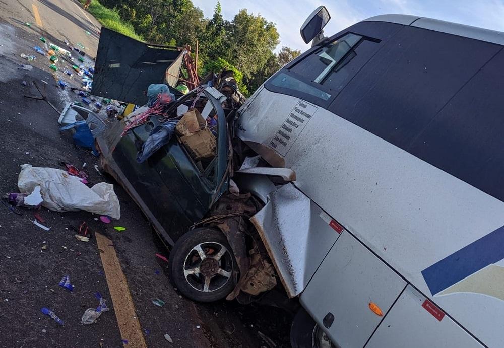 Homem morre após batida de frente com micro-ônibus na BR-010; corpo ficou preso às ferragens