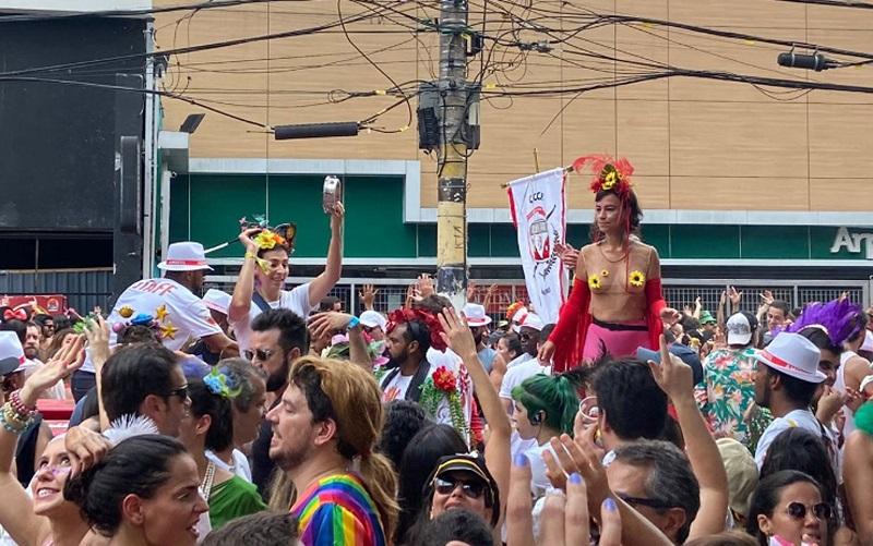 SP multa 39 foliões em R$ 500 por urinar na rua no pré-carnaval