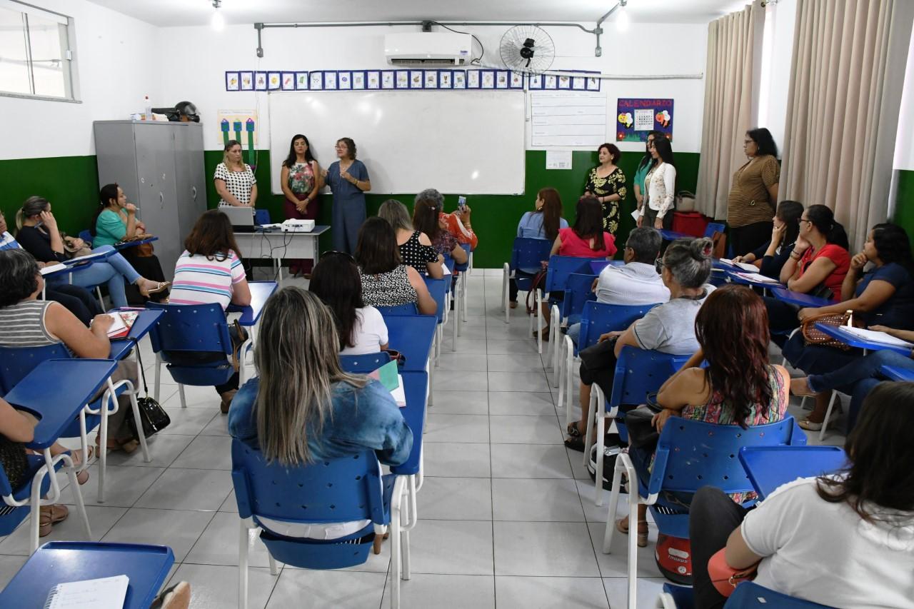 Prefeito Moisés Avelino paga bonificação salarial para profissionais da educação municipal