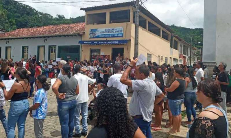 Moradores fazem protesto e pedem justiça por morte de menina em Mariana