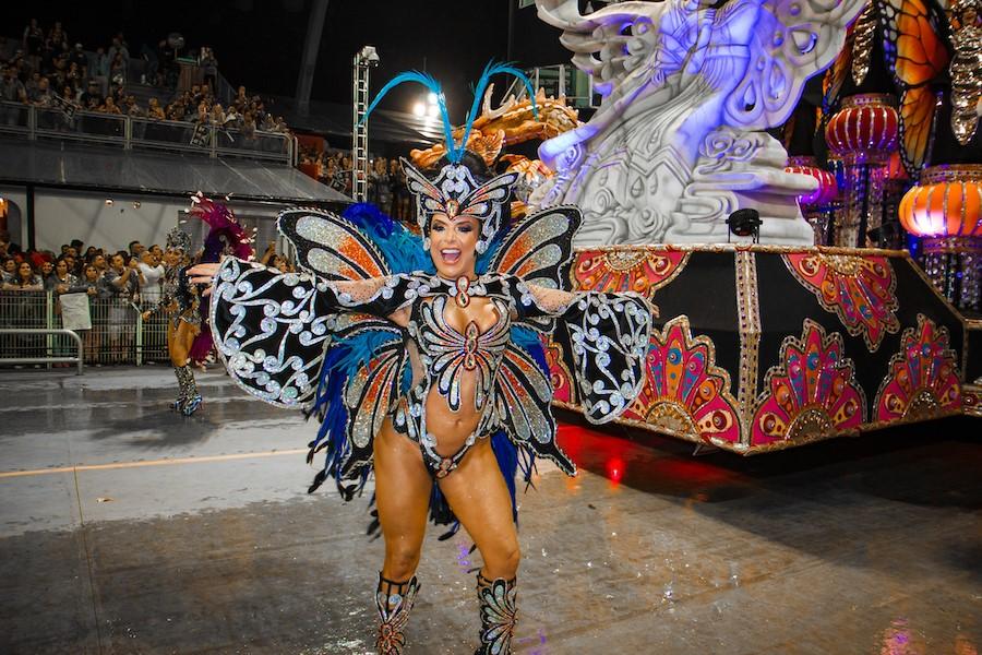 Musa da Gaviões, Francine Carvalho desfila com look luxuoso inspirado em 'Madame Butterfly'