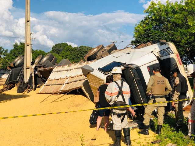 Caminhão carregado de soja tomba em rotatória e danifica poste em Palmas