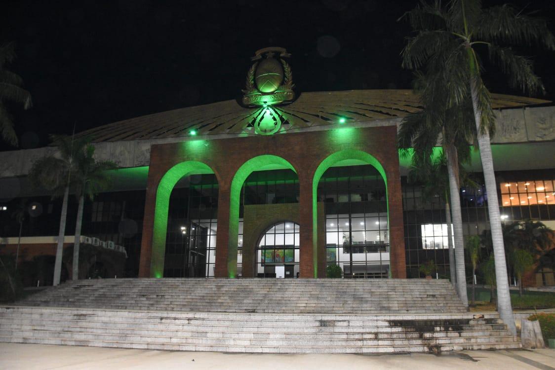 Palácio Araguaia é iluminado de verde como homenagem aos profissionais de Saúde