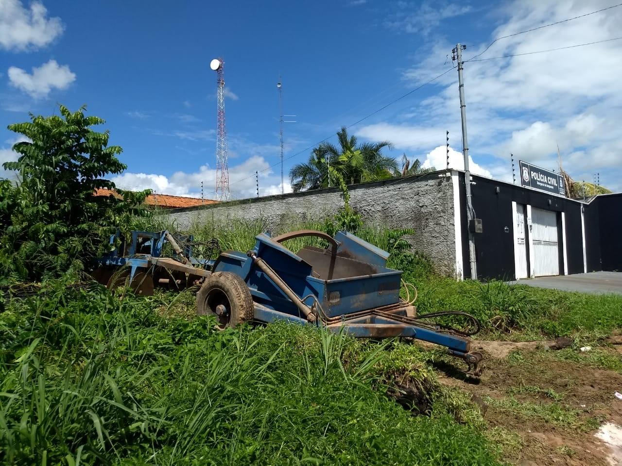 MPTO faz apreensão de equipamentos agrícolas públicos que, supostamente, eram utilizados em propriedade da prefeita de Arapoema