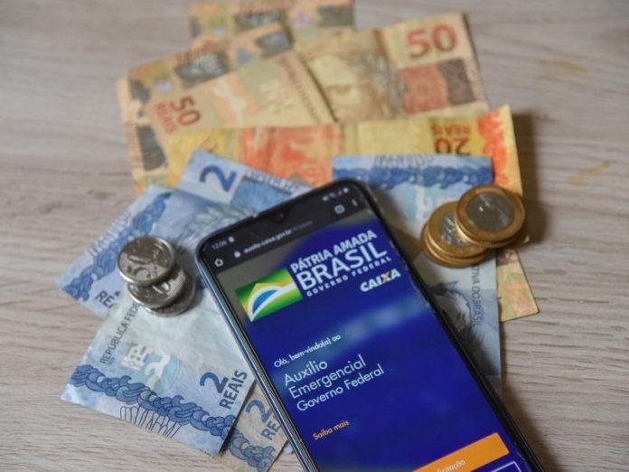 Brasileiros ilegais no exterior fraudam sistema e recebem auxílio de R$ 600