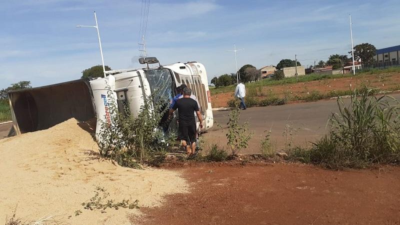 Caminhão carregado de areia tomba em rotatória e atrapalha trânsito em Palmas