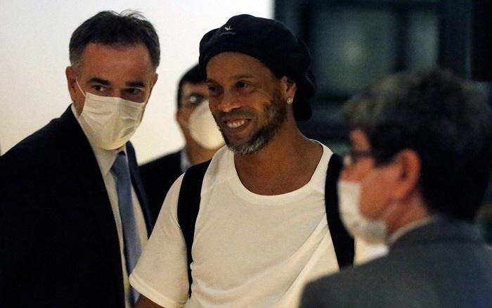 Ronaldinho Gaúcho paga fiança e deixa prisão no Paraguai