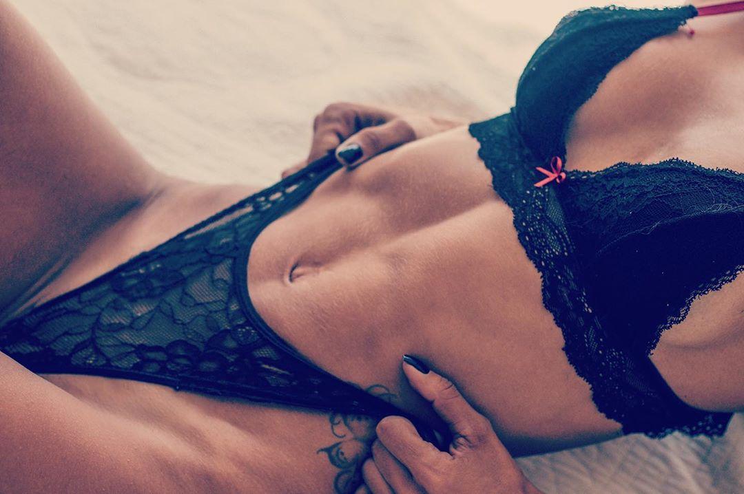 """Musa fitness Lari Drummond provoca seguidores com foto sensual """"Quem aceita um cafezinho aí?"""