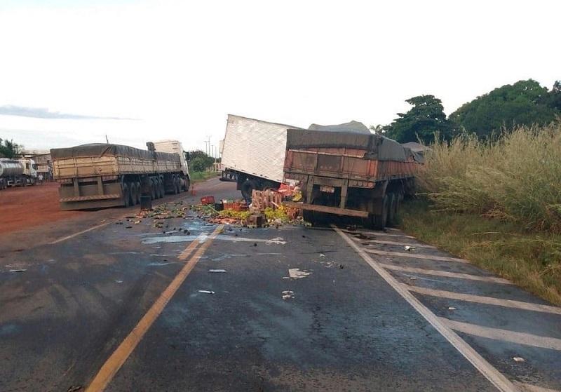 Acidente na BR-153 envolvendo dois caminhões deixa motorista morto e outro ferido