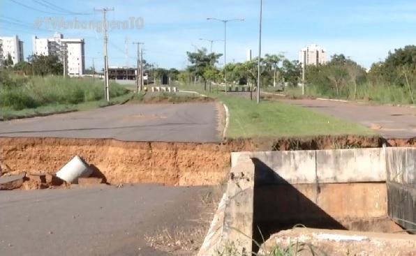 Ponte na avenida NS-3, em Palmas, segue interditada e corre risco de desabar