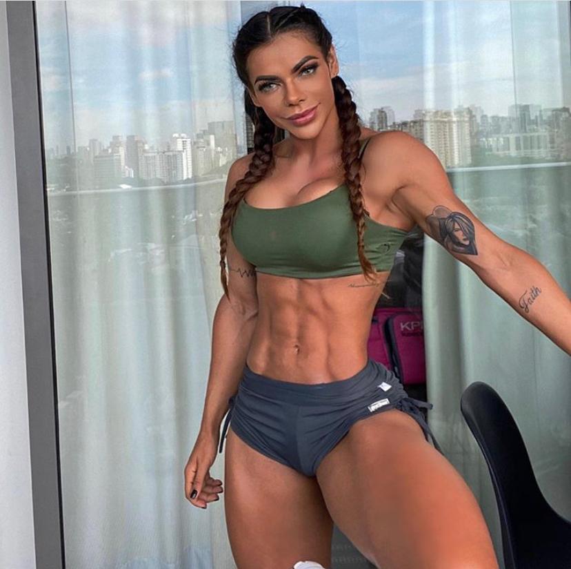 """""""Meus músculos pagam as contas"""" declara Suzy Cortez sobre foco no corpo e status de musa fitness"""
