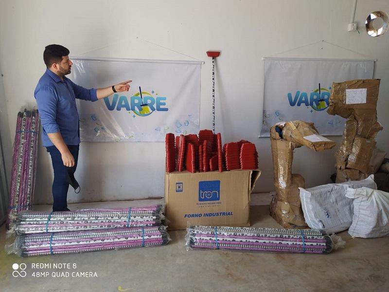 """Em comemoração ao Dia Mundial do Meio Ambiente, Vereador Ataíde Rodrigues lança o projeto """"VARRE"""" de vassouras com material reciclado"""