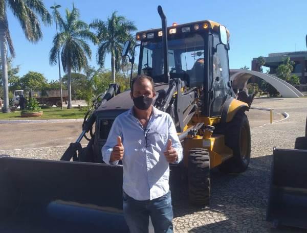 Dois Irmãos do Tocantins recebe nova retroescavadeira do Governo do Tocantins