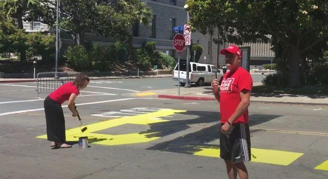 Na Califórnia, dupla vandaliza letreiro do 'Vidas Negras Importam'